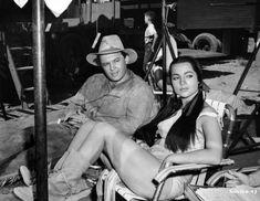 Rod Steiger y Sara Montiel en un descanso del rodaje de Yuma (1957).   http://doctorinsermini.wordpress.com/tag/sara-montiel/