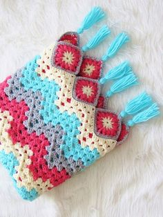 Easy Crochet Ripple Afghan - A Modern Take - Crochet Dreamz Try this free crochet blanket pattern that is a modern take on the traditional granny square afghan Crochet Ripple Afghan, Crochet Motifs, Afghan Crochet Patterns, Crochet Afghans, Baby Afghans, Crochet Granny, Baby Blankets, Crochet Video, Free Crochet
