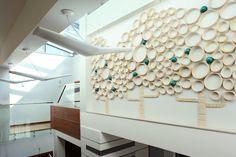 Pomysł na nowoczesne wnętrze - drewno orzecha i kolory Mieszkanie i dom