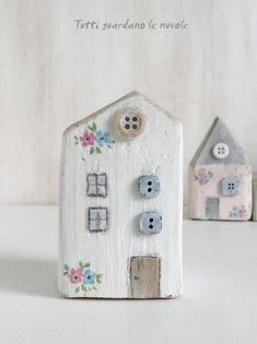 Tutti guardano le nuvole: Little Houses Tutti guardano le nuvole: Little Houses The post Tutti guardano le nuvole: Little Houses appeared first on Bauen Diy. Clay Houses, Ceramic Houses, Miniature Houses, Wooden Houses, Art Houses, Miniature Rooms, Wood Block Crafts, Wooden Crafts, Driftwood Projects