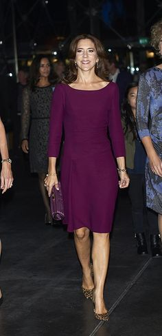 Princesa Mary de Dinamarca'Look': La Princesa apostó por el minimalismo con un vestido, en tono violeta, de manga francesa. Complementó el estilismo con un 'clutch' plateado, de Anya Hindmarch y unos llamativos 'stilettos' con 'animal print', de Gianvito Rossi. .