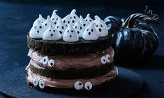 Halloween lagkage med spøgelser af marengs   Liv Martine Opskrifter: Lad (u)hyggen sprede sig med denne opskrift på en lækker lagkage medchokolade, pyntet med små spøgelser af marengs.- Se de lækre opskrifter fra Dr. Oetker.