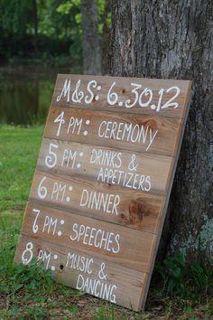 Hochzeits-Schild, das den Ablauf den Tages bekannt gibt - sehr empfehlenswerte Hochzeitsdeko!