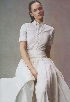 A high collar and a full skirt.