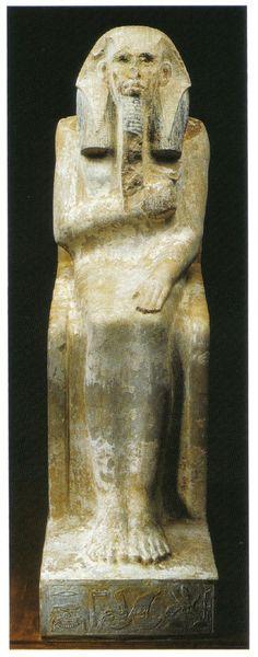 Estatua de Djoser, III Dinastía. El Cairo, Museo Egipcio. Obra de tamaño natural, esculpida en piedra caliza policromada, de carácter cúbico y efecto monumental, que ofrece formas cerradas y macizas que marcan la pauta de los retratos de su tiempo.