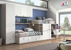 Habitación infantil con camas tren armario altillo y escritorio.