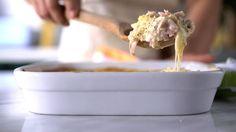 Receita com instruções em vídeo: Essa receita de frango cordon bleu na travessa é tão gostosa que vai ter competição até a última colherada!      Ingredientes: 3 filés de peito de frango em cubos, Sal a gosto, Pimenta do reino a gosto, 300g de presunto picado, 200g de queijo muçarela em fatias, 2 xícaras de molho branco, 1 xícara de farinha de rosca, ½ xícara de parmesão, 2 colheres de sopa de orégano