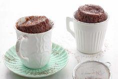 Twee mokken gevuld met een heerlijke smeuïge koolhydraatarme chocoladecakes.