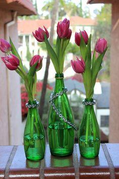 Floreros con botellas de vidrio verde --