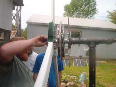 Monte sua própria turbina eólica: Eles montaram no pátio da casa uma turbina eólica de 1000 watts para ajudar a carregar o banco de baterias que alimenta alguns equipamentos eletrônicos