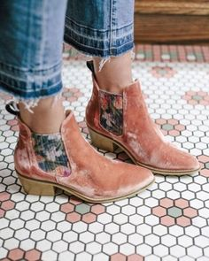 Boots For Dresses Fashion Velvet ankle booties Look Fashion, Fashion Shoes, Womens Fashion, High Fashion, Fashion Moda, Fast Fashion, Petite Fashion, Fashion Details, Curvy Fashion