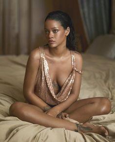 """Rihanna posa sensual para revista e elogia o ex: """"Tudo que faz é incrível"""""""