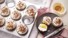 Mary Berry's lemon meringue cupcakes recipe - BBC Food Mary Berry combines strawberries with the flavours of lemon meringue pie to make truly irresistible lemon meringue cupcakes. For this recipe you will need an electric hand whisk. Lemon Meringue Cupcakes Recipe, Mini Lemon Meringue Pies, Meringue Roulade, Lemon Meringue Cheesecake, Homemade Cheesecake, Cupcake Recipes, Dessert Recipes, Pavlova, Graham