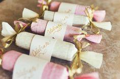<p>Cómo envolver detalles de boda Vamos a enseñarte a crear envoltorios con forma de caramelo para tus detalles de boda. Podrás utilizarlos para meter golosinas y dulces, jabones para invitadas, broches, pulseras, un peine, etc. Piensa que a veces el envoltorio dice mucho más que el regalo en sí por …</p>