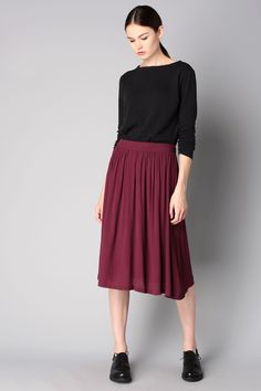 This combo of a black long sleeve t-shirt and a dark red pleated midi skirt is a safe bet for an effortlessly cool look. Finish off your look with black leather oxford shoes.