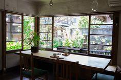 上野桜木あたりという古き良き日本の家である古民家のリノベについてkurachiffonの瀧内未来さんにインタビューのアンティークなダイニングテーブル_2