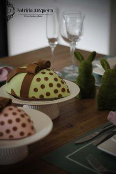 Mesa decorada para páscoa por Patricia Junqueira {Home, Receber & Baby} com ovo de chocolate e taças de espumante