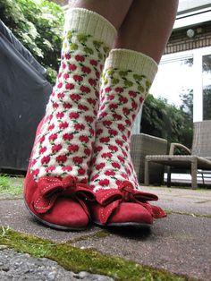 Not all apples are delicious -socks Knitting Wool, Knitting Socks, Hand Knitting, Knitted Hats, Knitting Patterns, Knit Socks, Knit Or Crochet, Crochet Hooks, Lots Of Socks