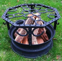 The best thing about fall is spending the night around a cozy campfire. Sometimes a backyard fire pit will just have to do the job. Check out these western fire pits, they would make a perfect addition to any backyard. Horseshoe Projects, Horseshoe Crafts, Horseshoe Art, Horseshoe Ideas, Welding Crafts, Welding Art Projects, Metal Projects, Diy Welding, Welding Ideas