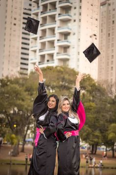 Foto: formatura_fotos_ensaio_fotografico_15anos_colacaodegrau_faculdade_laffestudio_convitesdeformatura Nursing Graduation Pictures, Graduation Picture Poses, College Graduation Pictures, Graduation Photoshoot, Grad Pics, Graduation Day, Twin Senior Pictures, Best Friend Session, Graduation Photography