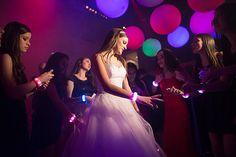 A festa de 15 anos de Izabella Scarparo aconteceu na Casa Petra e teve decoração divertida com luzinhas e balões, assinada pela 1-18 Project.