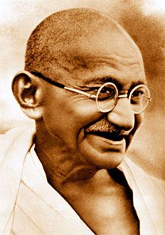 """""""Acquistiamo il diritto di criticare severamente una persona solo quando riusciamo a convincerla del nostro affetto e della lealtà del nostro giudizio, e quando siamo sicuri di non rimanere irritati se il nostro giudizio non viene accettato o rispettato"""" (Gandhi)"""