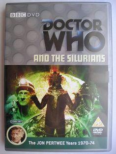 """""""Doctor Who and the Silurians"""", conosciuto anche come """"The Silurians"""", è un'avventura della settima stagione della serie classica di """"Doctor Who"""" trasmessa nel 1970 con il Terzo Dottore e Liz Shaw. È composta da sette parti, è scritta da Malcolm Hulke e diretta da Timothy Combe. Immagine dall'edizione britannica del DVD. Clicca per leggere una recensione di quest'avventura!"""