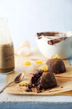 Nopeat raakakakut tehdään kahvikuppeihin, kumotaan ja syödään paistamatta. Taatelisessa suklaaleivoksessa maistuu myös ripaus inkivääriä ja kookosta. Rousketta täytteeseen tuovat terveelliset kaakaonibsit.