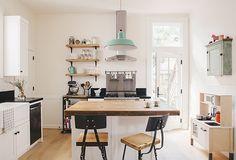 Mint is een kleur die oorspronkelijk veel te zien was in retro interieurs.Hedendaags wordt de zachte pastelkleur veel gebruikt in Scandinavische, landelijke of industriële interieurs, zoals deze mintgroene keuken. De…