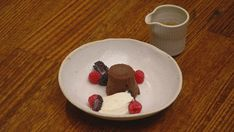 When you have time up your sleeve, spoil your friends and family with this gooey molten lava cake with scotch caramel sauce. White Chocolate Mousse, White Chocolate Cookies, Types Of Chocolate, Molten Chocolate, Chocolate Cake, Healthy Chocolate, Vegan Hot Cross Buns, Masterchef Recipes, Lava Cake Recipes