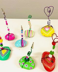Cadeau de la fête des Mères: porte-photos DIY avec pierres peintes. Toddler Art, Mother's Day Diy, Diy Photo, Art School, Aesthetic Wallpapers, Diy Gifts, Art Drawings, Lily, Valentines