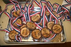 How cute are these!?! And they're so easy to make. Pinewood Derby Awards or Medals #pinewoodderbymedals