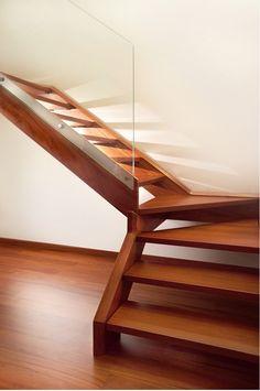 Деревянная уличная лестница на второй этаж с поворотом. | Столярный плотницкий блог.