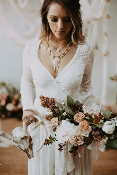 Smokey eyes and a perfect peachy bouquet from this boho bridal look inspo | Image by Local Embers & Co. #bridaljewelry #bridalnecklace #bohowedding #bohemianwedding #weddinginspiration #weddinginspo #weddingphotography #bride #bridalfashion #bridalstyle #bridalinspiration #weddingdress #weddinggown #bouquet #weddingbouquet #bridalbouquet #bridalmakeup #bridalhair #bridalhairstyle