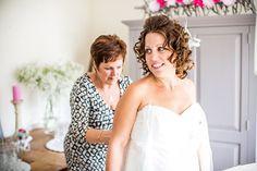 Bruid krijgt hulp bij aantrekken bruidsjurk, trouwjurk, Bruidsfotografie, Trouwfotografie, Bruidsfotograaf   Dario Endara