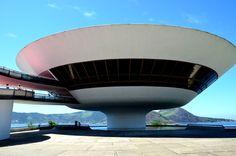 ニテロイ現代美術館 ニテロイ現代美術館はブラジルのリオデジャネイロ州のニテロイにある美術館。ニテロイ市民はDisco Voador(空飛ぶ円盤)と呼んでいる。 Niteroi Museum of Contemporary Art Niteroi Museum Museum of Contemporary Art in Niteroi , Brazil Rio de Janeiro State . Niteroi citizen is called Disco Voador ( flying saucer ) .