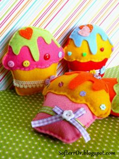 ✄ A Fondness for Felt ✄ DIY craft inspiration - Felt Cupcakes Felt Crafts Diy, Felt Diy, Diy Arts And Crafts, Handmade Crafts, Sewing Crafts, Sewing Projects, Handmade Toys, Felt Cake, Felt Cupcakes