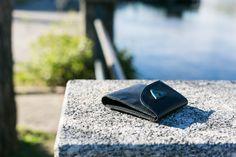 Un portafoglio dovrebbe adattarsi al vostro stile di vita, piuttosto che il contrario.   Il nuovissimo portafigli Mavà incorpora una realizzazione di primo livello a una silhouette sottile che consente trasportare tutto il necessario con estrema facilità.