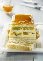 Terrine de fruits et de crème d'amande. Remplacer la crème chantilly par une chantilly de crème de coco pour un dessert sans lactose.