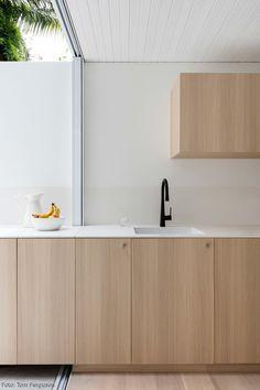 Nie wieder Platzprobleme in der Küche: Die Küchenzeile dieses Hauses reicht bis in den Garten. Die ganze homestory auf roomido.com #roomido