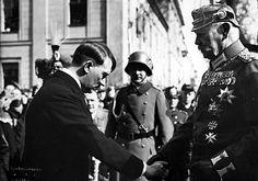 Tag von Potsdam, 31.03.1933 Reichskanzler Adolf Hitler verneigt sich vor Reichspräsident Paul von Hindenburg und gibt ihm die Hand. Es war ein seltener Auftritt Hitlers in Cut und Zylinder. Hinter Hitler ist, nahezu verdeckt, August von Mackensen in der Uniform des 1. Leib-Husaren-Regiments Nr. 1 zu erkennen.