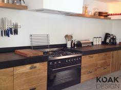 Koak Keuken, massief eiken houten keuken op basis van ikea laden en kasten. Het betonnen blad is ter plaatse gemaakt.