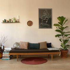 Oude foto's kijken en zien dat het daybed tegen de roze muur ook mooi stond. Wat een fijn meubelstuk is het toch, al op zoveel plaatsen gestaan en overal prachtig! Fijn weekend! #daybed #pinkwall #pink #musthave #vintage #interior #interiør #interiordesign #interiorrewilding #design_living #brass #thriftshop #styling #interior4all #home #myhome #dutchlivings #instahome #instadecor #interiorwarrior #interiorstyling #sweethomestories #photography #dutchlivings #botanicalpickmeup…