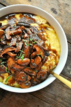 Vegan Creamy Polenta and Red Wine Mushrooms Super creamy polenta, topped with mushrooms cooked in red wine and garlic. - Vegan Creamy Polenta and Red Wine Mushrooms - Rabbit and Wolves Veggie Recipes, Whole Food Recipes, Diet Recipes, Cooking Recipes, Healthy Recipes, Recipes Dinner, Vegan Polenta Recipes, Cooking Tips, Mushroom Recipes
