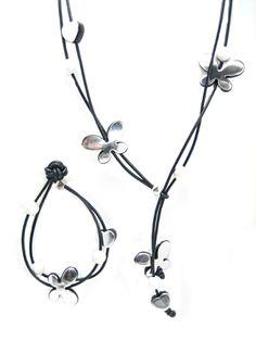 Flot halskæde med sommerfugle og læderkæde, se ideen her og materialerne. http://www.janehof.dk/halskder/1140-stardust-sommerfugl-og-hjerte-st-opskrift_1140.html