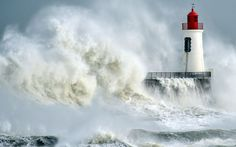 Las olas castigan el faro de Les  Sables d'Olonne, al oeste de Francia (Loic Venance, 2016)