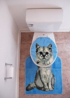 {kitty cat toilet set cover/rug} my inner crazy cat lady self thinks this is AWESOME.