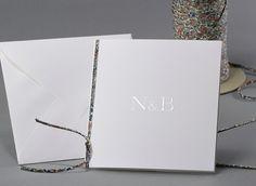 Simply White #Hochzeitskarten mit dem einzigartigen #LibertyBand #kreativehochzeitskarten #einladungskarten  Initials M05-008
