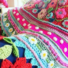 Vandaag een superleuke workshop Spaanse stola haken gevolgd. Dankjewel @adindasworld voor de leuke en leerzame workshop. Het was een inspirerende dag. Ik heb echt genoten. @dehaakfabriek bedankt voor de organisatie en de lekkere lunch. Echt top! #lottehaakt #adindasworld #spaansestola #crochet #crocheting #crochetaddict #instacrochet #crochetersofinstagram #yarn #yarnaddict #örgü #ganchillo #virka Manta Crochet, Freeform Crochet, Crochet Art, Crochet Motif, Crochet Shawl, Crochet Designs, Crochet Flowers, Crochet Cushion Cover, Crochet Cushions