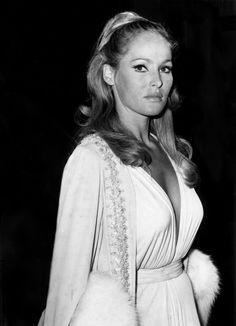 En janvier 1965, Ursula Andress assistait à une soirée à Los Angeles en robe blanche au décolleté échancré.